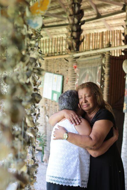Francisca das Chagas (de preto) recebe o cuidado da voluntária Ana Célia