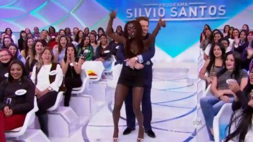 1ee2f49e6c Silvio Santos agarra  colega de trabalho  e público desaprova
