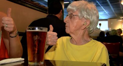Idosa de 102 anos diz que segredo da longevidade é beber cerveja todo dia